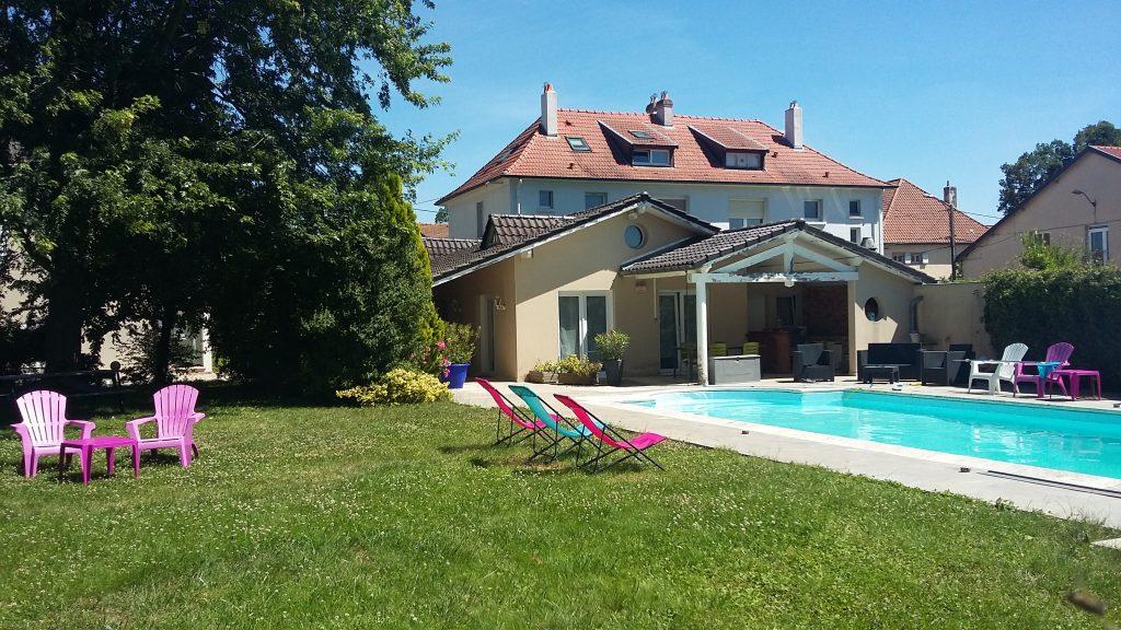 Hébergements à Metz Metz résidence la terrasse au bord de la piscine