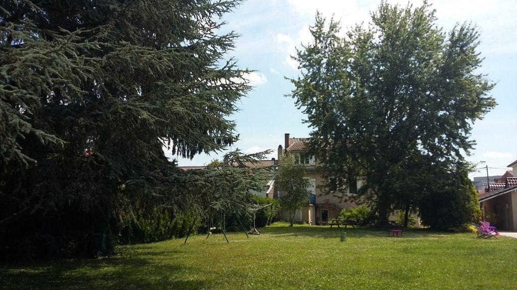 Hébergements à Metz Metz résidence la maison, vue du fond du jardin